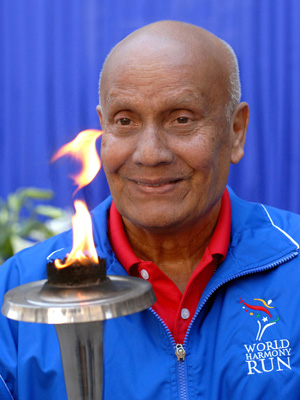 Sri Chinmoy hält die Friedensfackel des Peace Run